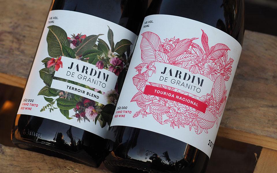 """Duas garrafas de vinho tinto, """"Jardim de Granito"""", com especificidades diferentes: uma """"Terroir Blend"""" e outra """"Touriga Nacional"""""""